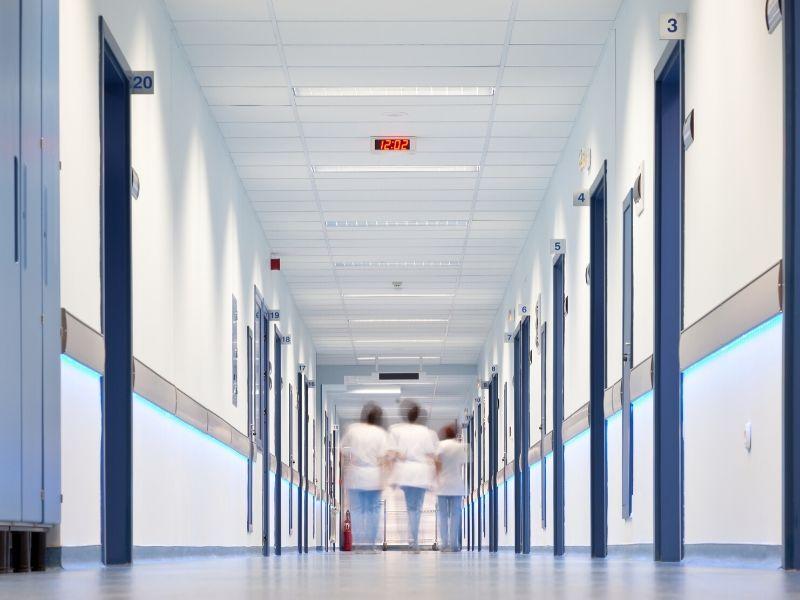 Szpitale mają określoną liczbę łóżek. (fot. canva.com)