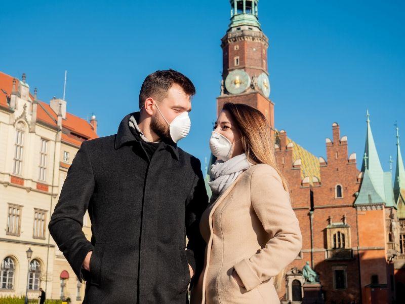 Miłość w czasie pandemii to spore wyzwanie dla par. (canva.com)