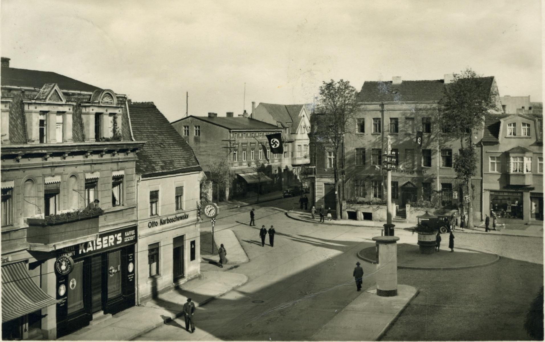 """Plac Ignacego Paderewskiego w 1940. Synagogę złotowską spotkał bardzo nietypowy los, a mianowicie została ona sprzedana przez gminę żydowską i zburzona przed """"Nocą Kryształową"""", która miała miejsce z 9 na 10 listopada 1938 r. Ten fakt wyróżnia ją na tle innych synagog europejskich, a zwłaszcza niemieckich."""