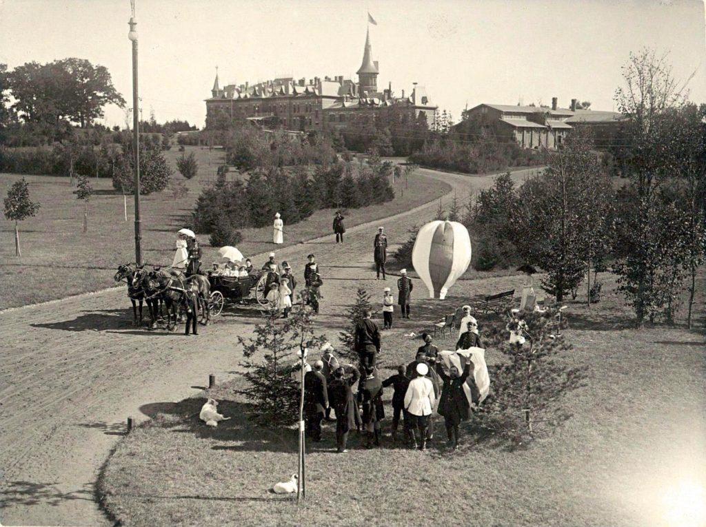 Pałac w tle zdjęcia. Poniżej widać postać Mikołaja II.