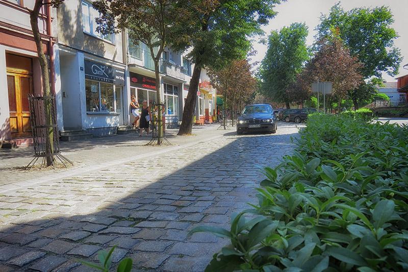 Brukowana ulica Wojska Polskiego w Złotowie.