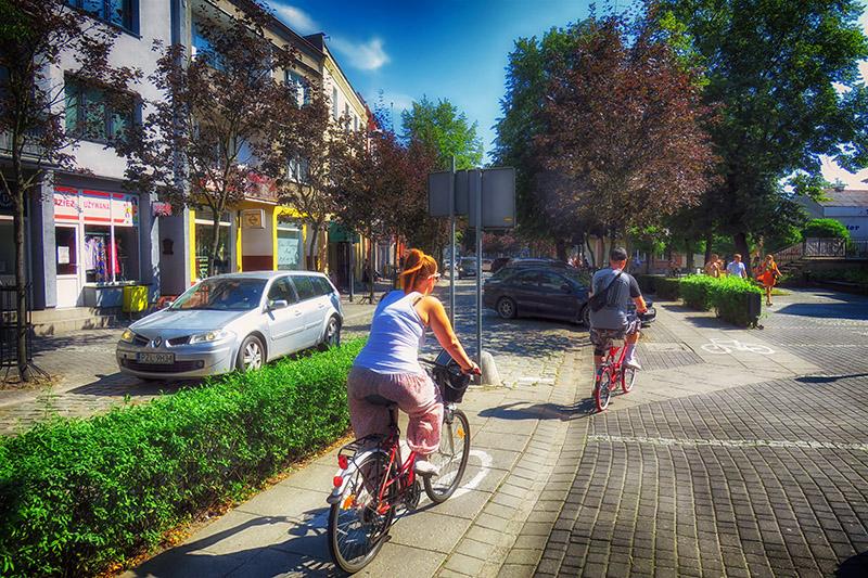 Ulica Wojska Polskiego - centrum. Na całej długości została wytyczna droga rowerowa. Trzeba uważać, bo rowerzystów jest tam całkiem sporo.